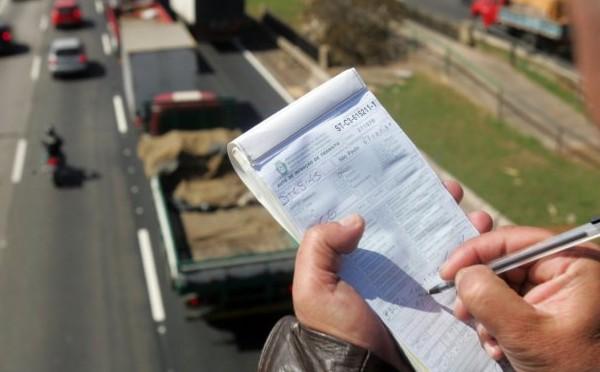 Multa não inibe motoristas de falarem ao celular no trânsito