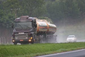 PL impede ultrapassagem de veículos de grande porte em faixas da esquerda