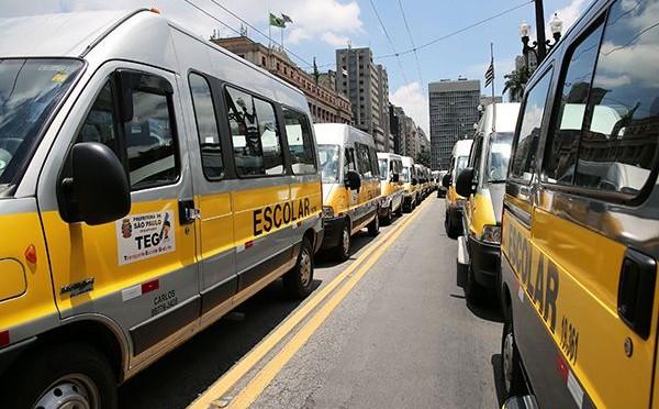 Protesto de motoristas de van escolar dura dez horas