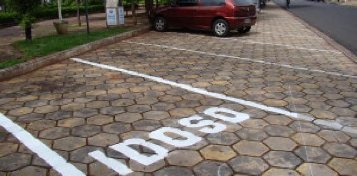 Em novembro, estacionar irregularmente nas vagas reservadas às pessoas com deficiência ou idosos será infração gravíssima