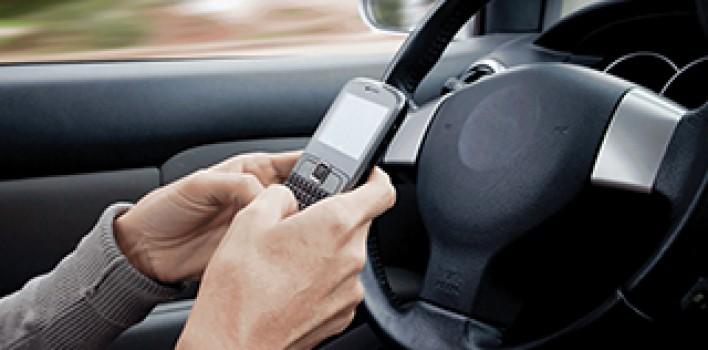 Distração ao volante pode trazer consequências graves, lembra OBSERVATÓRIO