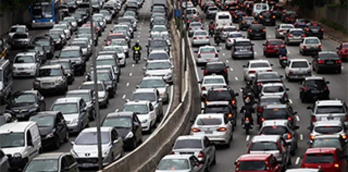 Orientações sobre circulação de veículo pelo acostamento