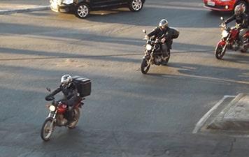Pesquisa mostra que 44% dos motociclistas admitem usar o celular enquanto pilotam