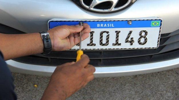 PL pretende trazer novamente a informação do município e estado para placas de veículos