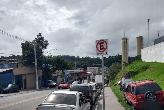 Placa de proibido estacionar: significa que não é permitido estacionar antes ou depois dela?