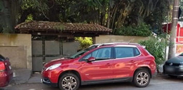 Posso ser multado se eu estacionar em frente a minha garagem?