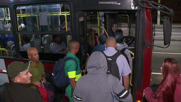 Prefeitura de SP aumenta efetivo de ônibus pelo 2° dia consecutivo após passageiros relatarem filas e superlotação
