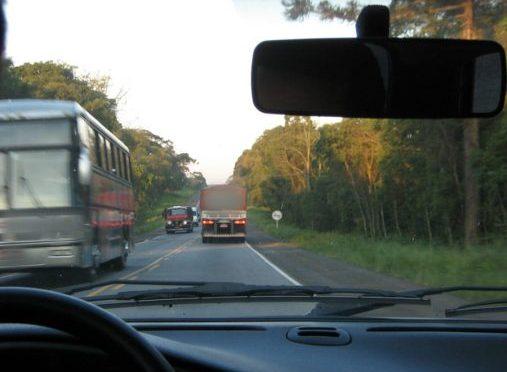 Lei do farol baixo em rodovias vai mudar. Veja como ficará!