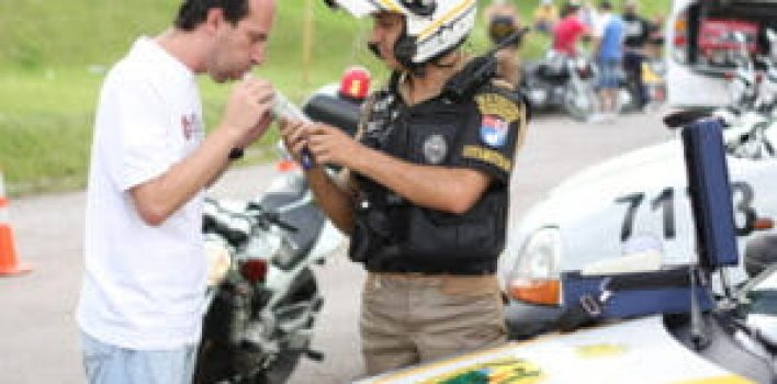 CNH suspensa por dirigir embriagado: o que muda com a nova lei de trânsito?